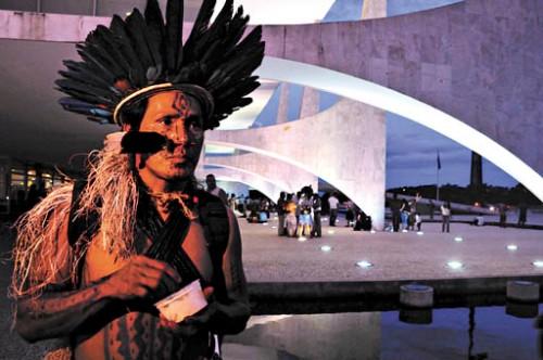 Índios em frente do Palácio